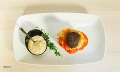 Medalioane de porc marinate in vin cu legume de primavara si sos de tarhon