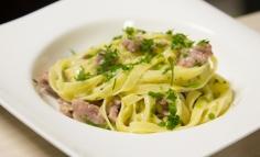 Fettucine cu cârnaț italian și praz sau fettucine con salsiccia e porri....