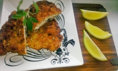 Șnițel de porc în crustă de lămâie, semințe de pin și parmezan