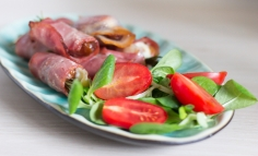 Curmale umplute cu cașcaval, împachetate în bacon