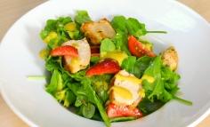 Salată cu piept de pui, spanac și căpșuni cu sos de lămâie