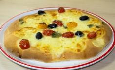 Focaccia cu mozzarella și roșii