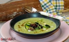 Supă cremă de dovlecel cu mărar și chips de cârnaț