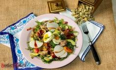 Salată cu mușchiuleț de porc și ouă fierte
