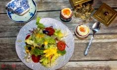 Salată asortată cu ou fiert moale