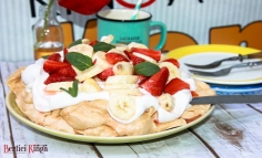 Tort pavlova cu banane și căpșuni