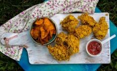 Aripioare de pui cu cornflakes și chips de cartofi dulci