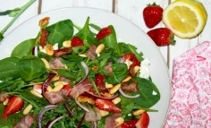 Salată cu spanac și căpșuni